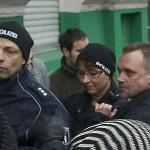Die Gerichtsvollzieherin wird in in Polizeiuniform in das Gebäude geschmuggelt