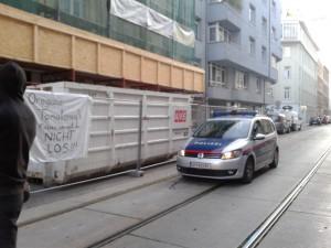 Banner in front of Mühlfeldgasse 12